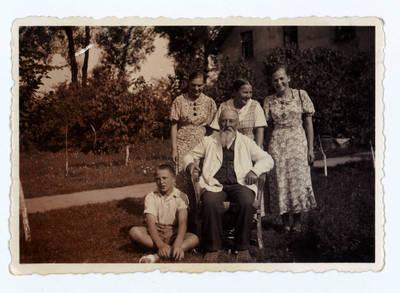 Jurgis Jankus vasaroja pas savo senelį Martyną Jankų  ir tetą Elzę Jankutę 1936 m. Bitėnai.