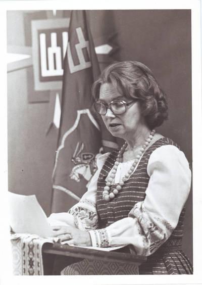 Ieva Jankutė skaito  pranešimą 1984 m. Niujorke