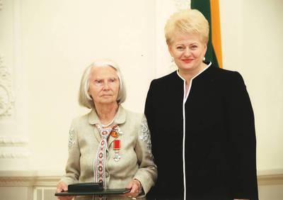 Ieva Jankutė su Lietuvos Respublikos prezidente Dalia Grybauskaite valstybės apdovanojimų įteikimo ceremonijoje