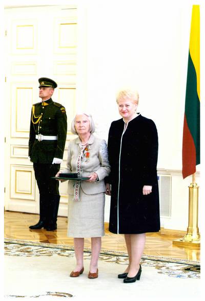 Ieva Jankutė su Lietuvos Respublikos prezidente Dalia Grybauskaite valstybės apdovanojimų įteikimo ceremonijoje. 2011-07-06