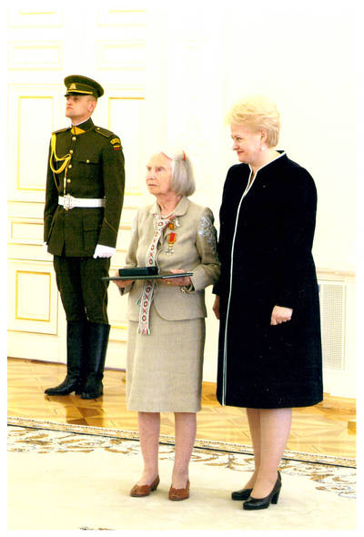 Ieva Jankutė su LR Prezidente Dalia Grybauskaite valstybės apdovanojimų įteikimo ceremonijoje. 2011-07-06