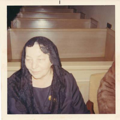 Elzė  Jankutė per sesers Edės laidotuves. 1977