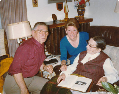 Svečiuose pas Elzę Jankutę Kristina Dambaraitė su tėvu. 1984