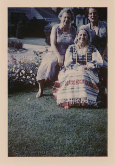Elzė  Jankutė  tautiniu kostiumu. 1969