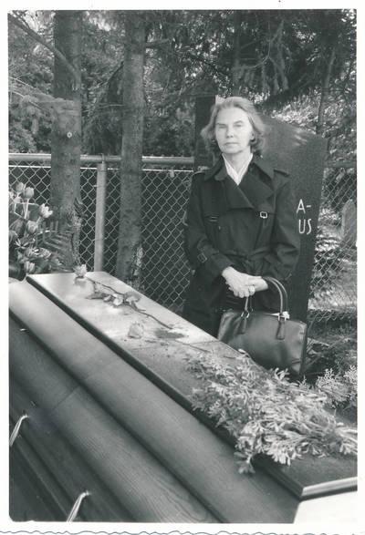 Ieva Jankutė prie tetos Elzės Jankutės karsto. 1985