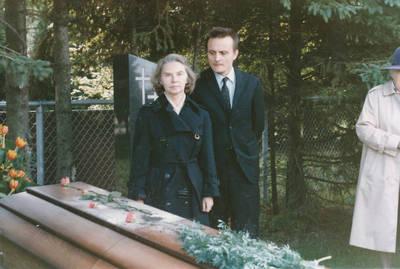 Ieva Jankutė su Vytuku Bakaičiu prie tetos Elzės Jankutės karsto. 1985-09-13