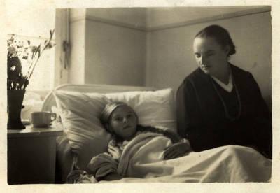 Nuotrauka. Ieva Jankutė su mama Ane Kerkojus-Jankuviene ligoninėje. 1932