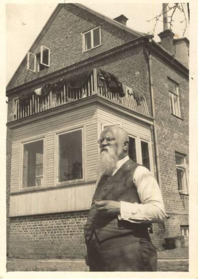 Jonas Šliūpas Kaune prie savo namo 1929 m. 1929-05-12