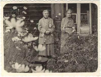 Marija Šlapelienė su seserimi Elena Klišeikiene. 1958
