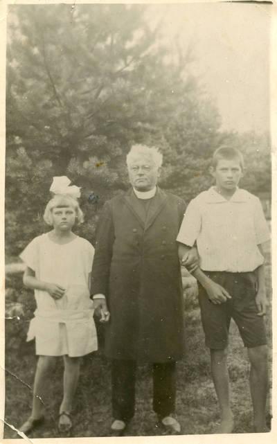 Juozas Tumas-Vaižgantas su krikšto dukra Danute Valiukaite ir jos pusbroliu
