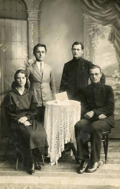 """Laikraščio """"Ateities Rytas"""" redakcija. Prienai. 1924 m. Pirma iš kairės – mokytoja Marija Garmutė-Baltenienė. 1924"""