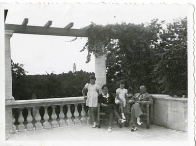 Graužinių šeima savo rezidencijoje Romoje
