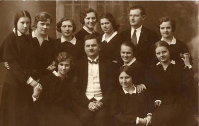 Gimnazistės su mokytoju. 1935