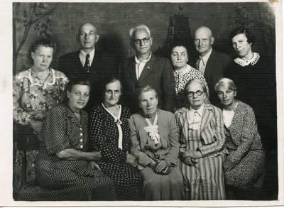 Marija Šlapelienė tarp savo giminaičių. 1953