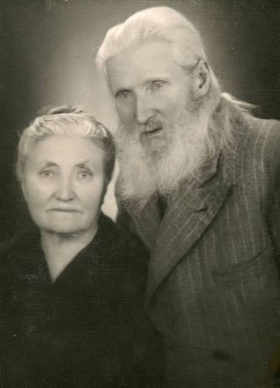 Paskutinė knygnešio, vargonininko ir chorvedžio Balio Valušio fotografija. Greta – žmona Elena Valušienė (Jauniškytė). 1952