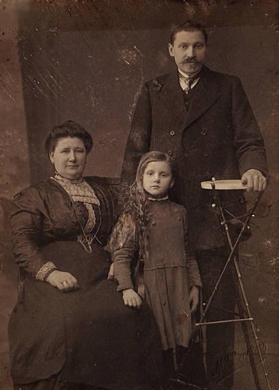 Onutė Andrejaitytė su savo įtėviais Dijokais. 1913
