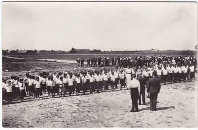 Nežinomas fotografas. Sasnavos valsčiaus  mokinių pavasario šventė. 1900