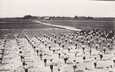 Nežinomas fotografas. Sasnavos valsčiaus pradžios mokuklos mokinių šventė. 1900