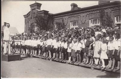 Nežinomas fotografas. Marijampolės moksleivių choras. Diriguoja Juozas Kamaitis. 19000