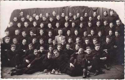 Marijampolės Rygiškių Jono gimnazijos gimnazistai 1937 m. su muzikos mokytoju Kamaičiu. 1937