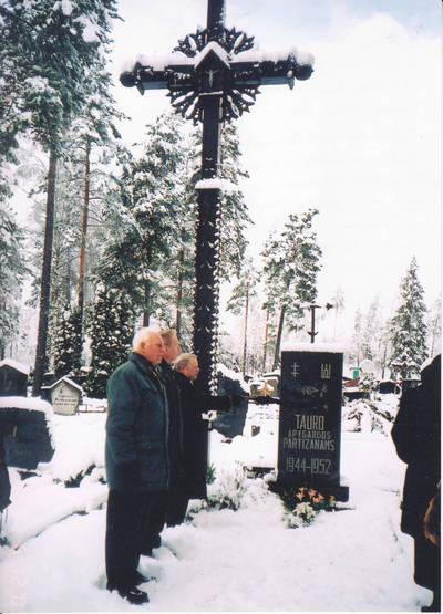 Algimantas Lelešius. Kryžius partizanams atminti ir paminklas Tauro apygardos partizanams Kazlų Rūdos naujosiose kapinėse. 1992-06-13