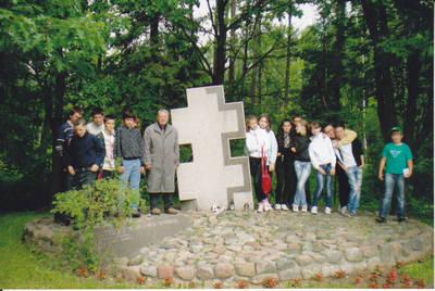 Algimantas Lelešius. Kazlų Rūdos pagr. mokyklos moksleiviai prie Juozo Lukšos žūties vietos. 2012-06-04