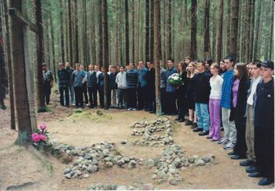 Algimantas Lelešius. Jaunųjų Kazlų Rūdos ir Sasnavos šaulių priesaika , kur buvo atkasti septynių partizanų palaikai. 2001-06-17