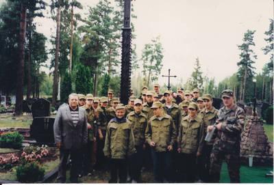 Algimantas Lelešius. Kazlų Rūdos naujosiose kapinėse prie perlaidotų partizanų paminklo. 2003-07