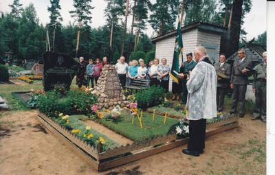 Algimantas Lelešius. Naujosiose Kazlų Rūdos kapinėse prie kapo septyniems partizanams, žuvusiems prie Rūdupio kaimo. 1997-07-27