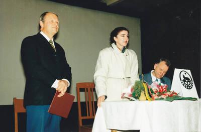 Algimantas Lelešius. Čečėnijos atstovė Aminat Sajijeva ir buvęs Seimo narys Algirdas Endriukaitis. 1995-10-22