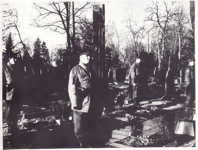 Nežinomas fotografas. Garbės sargyba prie Rimanto Juknevičiaus (1966-08-09-1991-01-13)kapo 1992 m. 1992