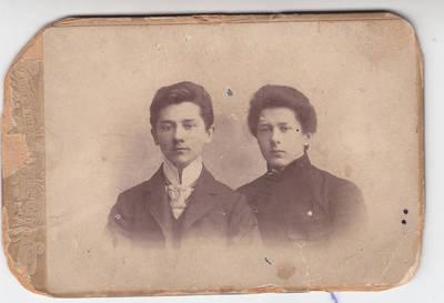 Vargonininkas Albinas Jesenauskas su broliu Jokūbu. 1905