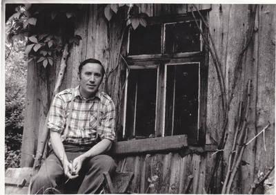 Nežinomas fotografas. Alfonsas Uzėla gimtinėje, Šakarniai, Pasvalio raj.  1981m. 1981