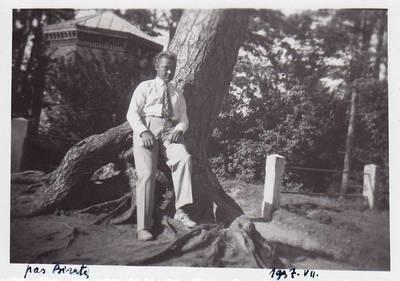 Nuotrauka. Benediktas Babrauskas ant Birutės kalno. 1937