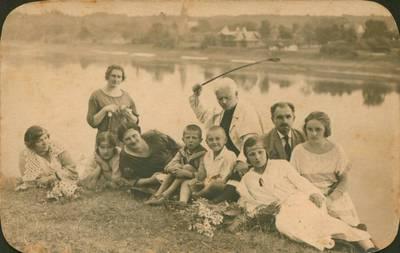 Nežinomas fotografas. Nuotrauka. Juozas Tumas-Vaižgantas su Linartų šeima iškyloje. 1924