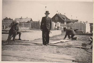Nežinomas autorius. Nuotrauka. Balys Sruoga ir kiti prie statomo namo. 1938