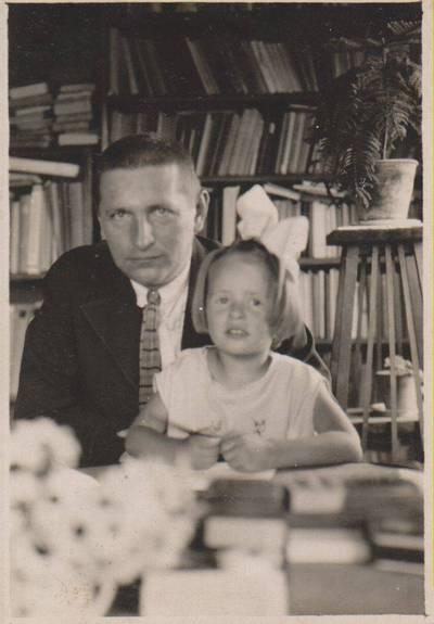 Nežinomas autorius. Nuotrauka. Balys Sruoga su dukra Dalia. 1930