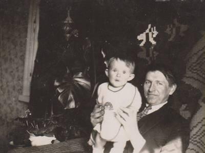 Nežinomas autorius. Nuotrauka. Dalia Sruogaitė su dėde Kazimieru Sruoga. 1926