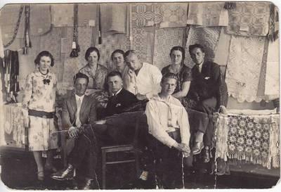 Nežinomas fotografas. Nuotrauka. Studentai pavasarininkai, liaudies meno dirbinių parodos organizatoriai. 1927-06