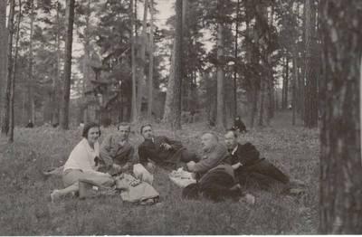 Nežinomas autorius. Nuotrauka. Vanda Daugirdaitė-Sruogienė su Kauno 3-osios valstybinės gimnazijos mokytojais ir mokiniais. 1930