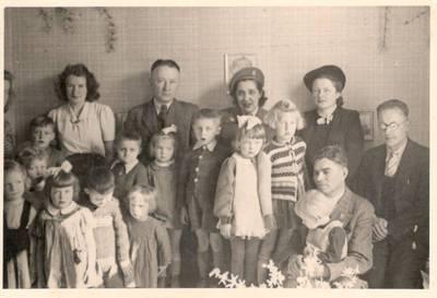 Nežinomas autorius. Nuotrauka. Vanda Daugirdaitė-Sruogienė ir Dalia Sruogaitė su Lietuvos Raudonojo kryžiaus Vokietijoje ir UNRRA atstovais. 1946