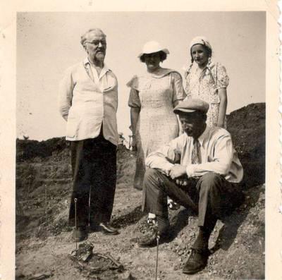 Nežinomas autorius. Nuotrauka. Balys Sruoga su šeima ir prof. Vladimiru Šilkarskiu. 1938