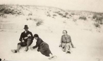 Nežinomas autorius. Nuotrauka. Balys Sruoga, Vanda Daugirdaitė-Sruogienė ir Marija Nemeikšaitė. 1924