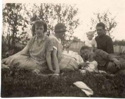 Nežinomas autorius. Nuotrauka. Balys Sruoga su dukra Dalia ir bičiuliais. 1926