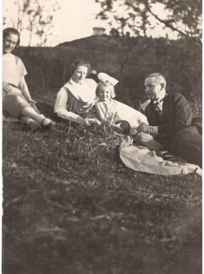 Nežinomas autorius. Nuotrauka. B. ir V. Sruogų šeima su bičiule T. Rimkiene. 1928