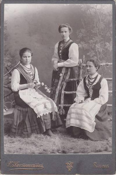 Vladislavas Savsenovičius. Nuotrauka. Jadvyga Stanelytė tarp savo mokinių. 1910
