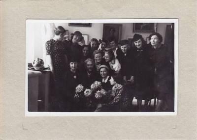 Nuotrauka. Vydūnas tarp pirmosios lietuvių moterų dailininkių parodos dalyvių. 1937