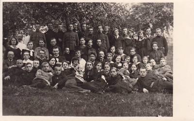 Nuotrauka. Vydūnas tarp gimnazijos mokinių. 1921