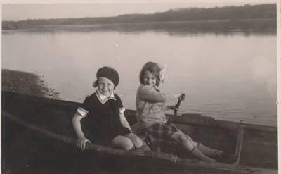 Nežinomas autorius. Nuotrauka. Dalia Sruogaitė su drauge Dana Karužaite. 1934