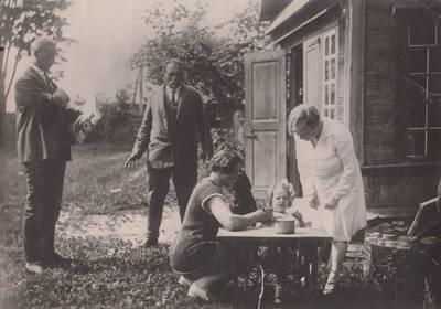 Nežinomas autorius. Nuotrauka. Balys Sruoga, Kazimieras Daugirdas, Vanda Daugirdaitė-Sruogienė, Dalia Sruogaitė ir Ona Bagnickaitė. 1928